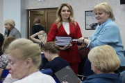 """Представители ЦБС раздают """"Источник"""""""