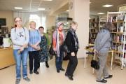 Посетители на выставке книг Гранина