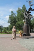 Возложение цветов к памятнику Поэту