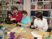 Рукодельницы формируют фон будущего произведения