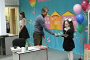 А. Гиваргизов награждает Гавалян Алису